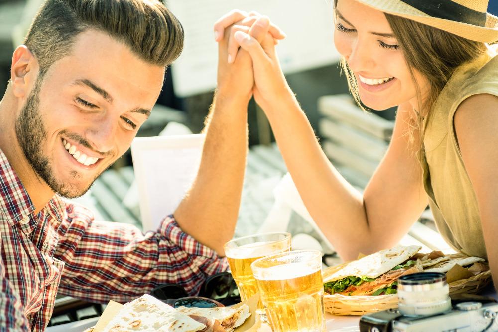 13 Arti Kebohongan Pria Saat Kencan Pertama