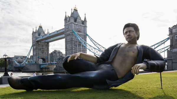 Patung Jeff Goldblum Mejeng di Pinggir Sungai Thames