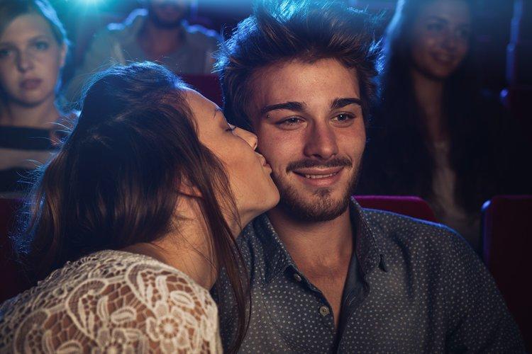 Tips Ciuman di Dalam Bioskop Tanpa Ketahuan