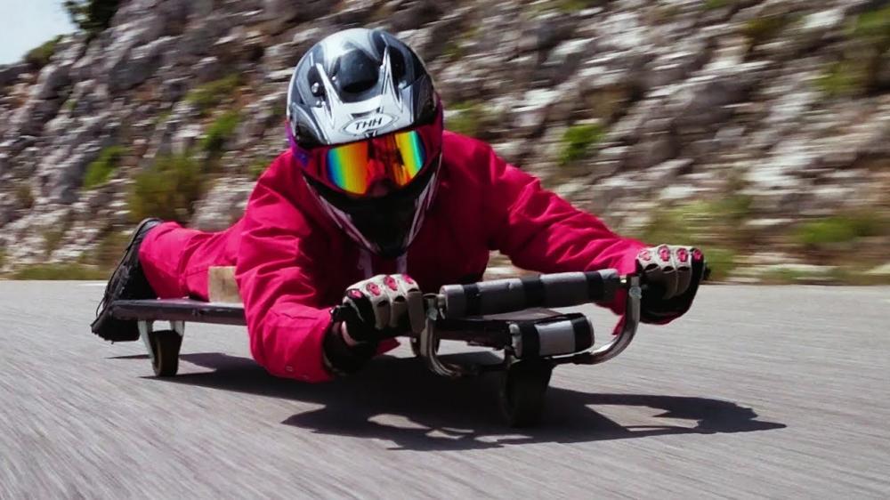 Bermain Skateboard Buatan yang Sangat Berbahaya