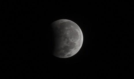 Warga Antre Tonton Gerhana Bulan di Planetarium Cikini