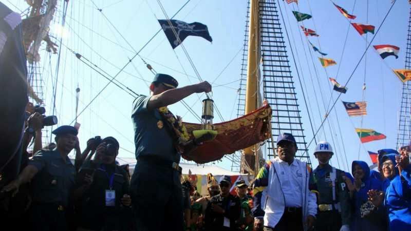 Api Obor Asian Games Berlayar dengan Kapal Dewaruci ke Makassar