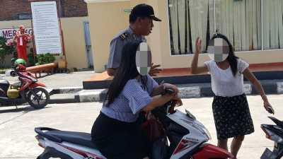 2 Wanita ini Kena Tilang karena Tak Pakai Helm: Habis Creambath, Pak