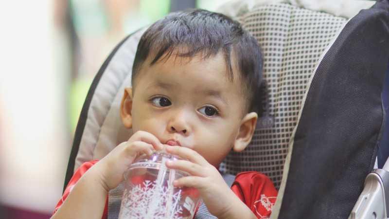Benarkah Minum Es dapat Menyebabkan Anak Flu?
