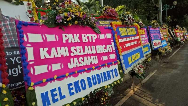 Banjir Bunga untuk Ahok-Djarot di Depan Hotel Borobudur-Katedral