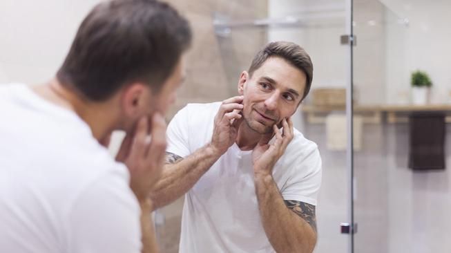 Mengapa Kita Tampil Lebih Jelek dari Bayangan di Cermin?