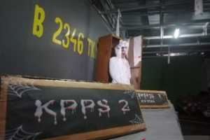 KPPS Gunung Balong Dirikan TPS Bertemakan Horor