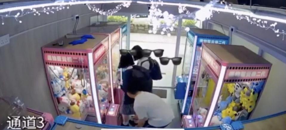 "Viral! Pria Ini Kepergok CCTV Ambil ""Foto Upskirt"" Gadis SMA"