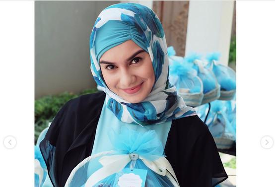 Irish Bella Tampil dengan Hijab