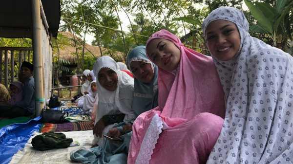 Menteri Susi Salat Idul Adha Bersama Andien dan Pengungsi Gempa Lombok