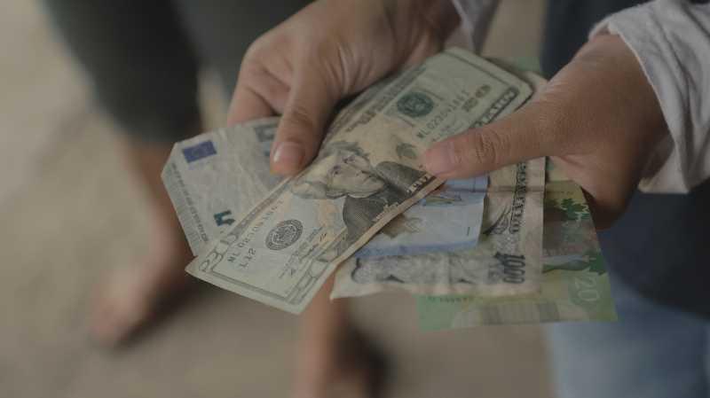 Menguji Keaslian Dolar di Tumpukan Sampah di Bogor