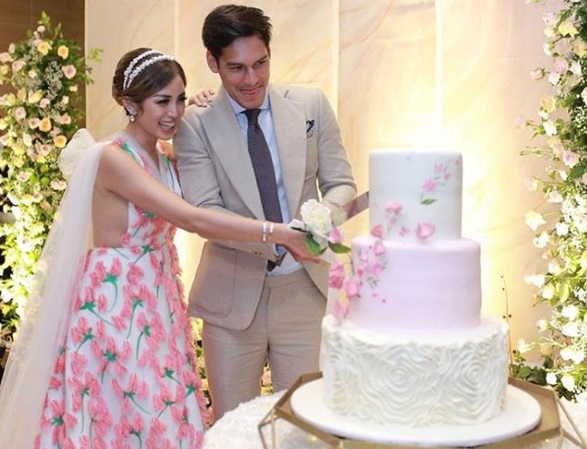 Dianggap Terlalu Terbuka, Netizen Kritik Baju Pertunangan Jessica Iskandar