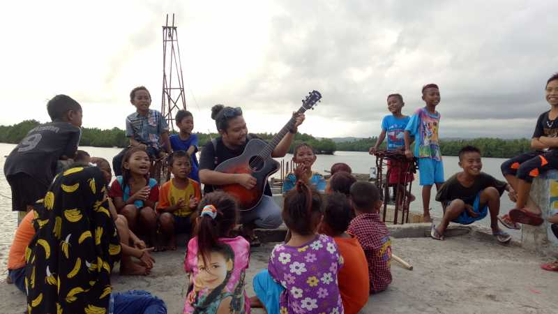 Is Eks Payung Teduh Hibur Anak-anak di Pesisir Sulawesi Utara