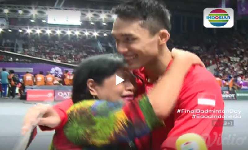 Usai Raih Medali Emas Asian Games, Ibu Jonatan Christie Menangis Peluk Putranya