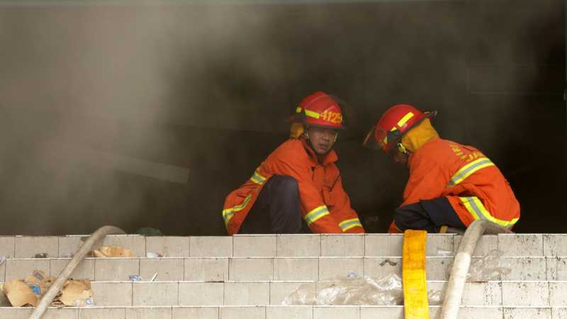 2 Orang Pingsan dalam Kebakaran di Gedung StarVision