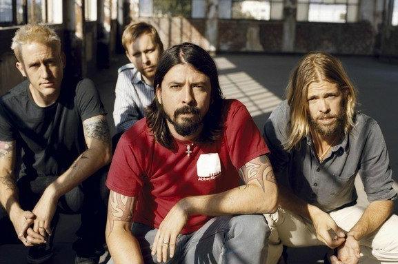 Foo Fighters Ajak Vokalis Weezer Bawakan Ulang Lagu KISS