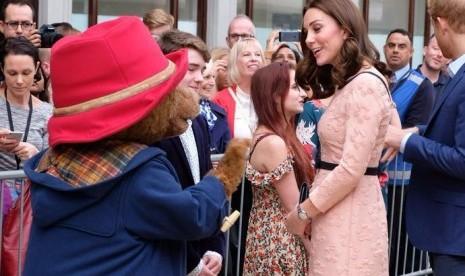 Kate Middleton Menari dengan Paddington Bear di Acara Amal