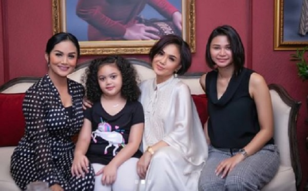 Krisdayanti Foto Bareng Kakak dan Adiknya, Netizen: Cantik dan Kompak!