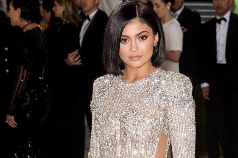 Kenakan Cincin Berlian, Kylie Jenner Sudah Dilamar Travis Scott?