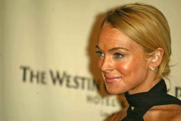 Selain Berkerudung, Lindsay Lohan Pakai Kosmetik Halal