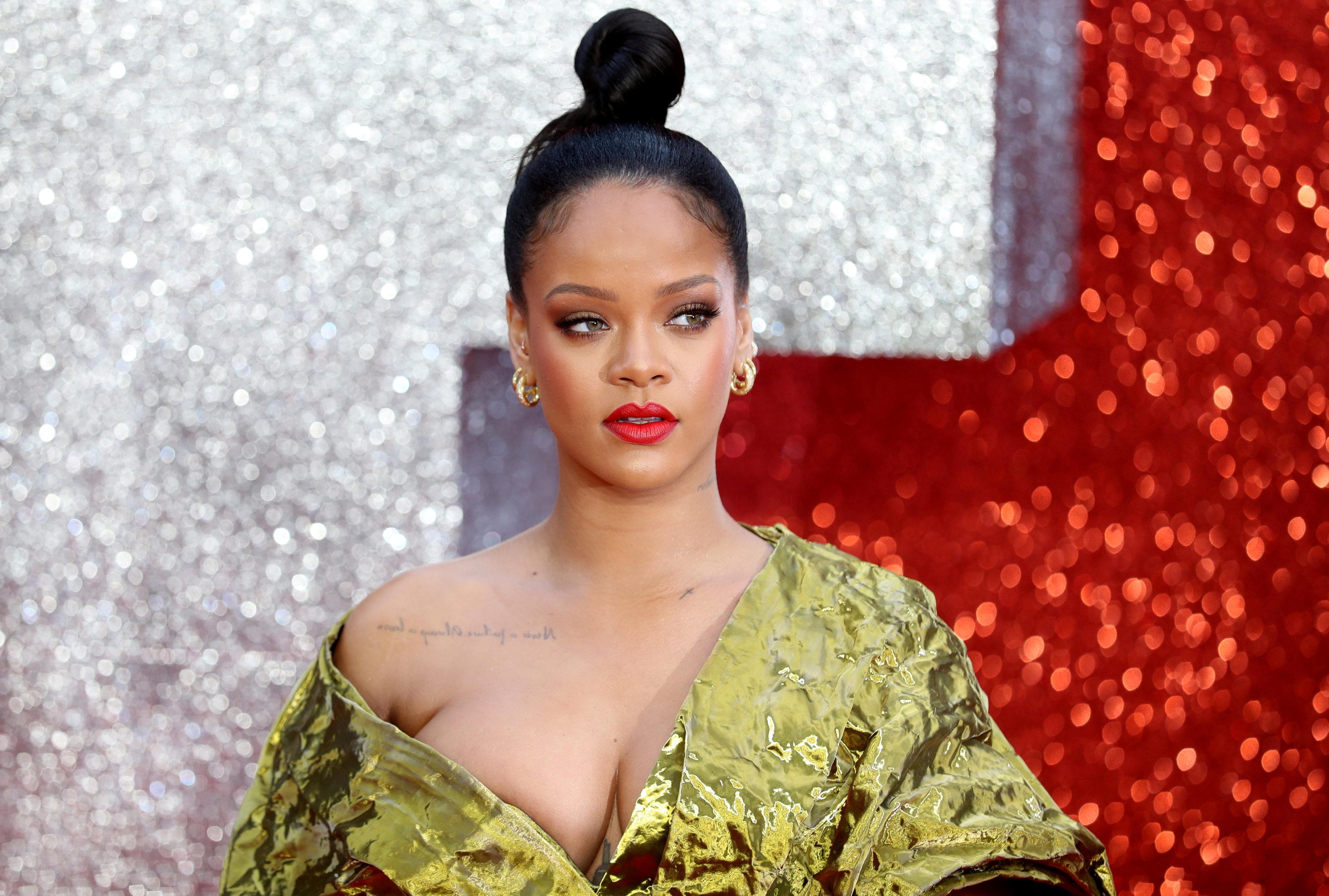 Rihanna Alami Insiden Gaun Melorot di Premier Oceans 8