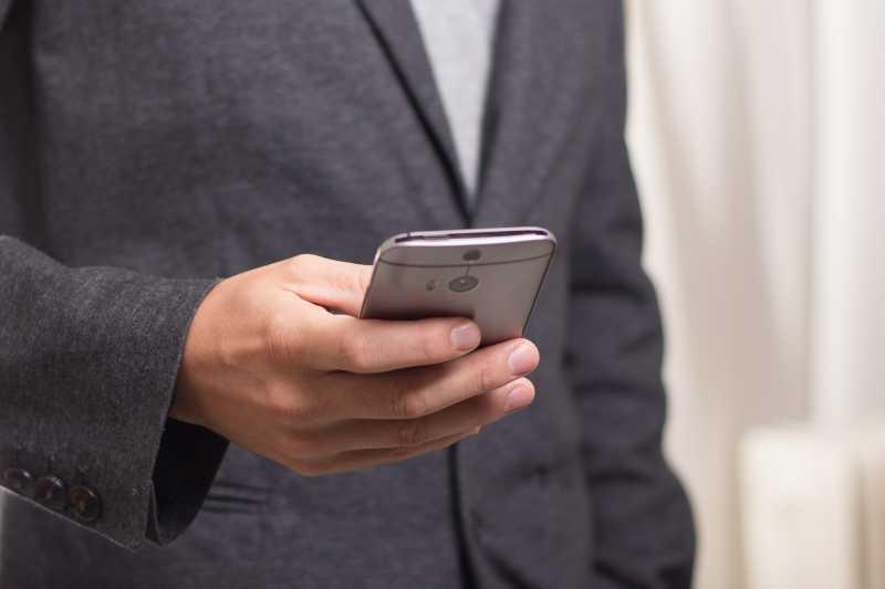 5 Hal Menyebalkan yang Harus Kamu Hentikan Saat Menggunakan Ponsel