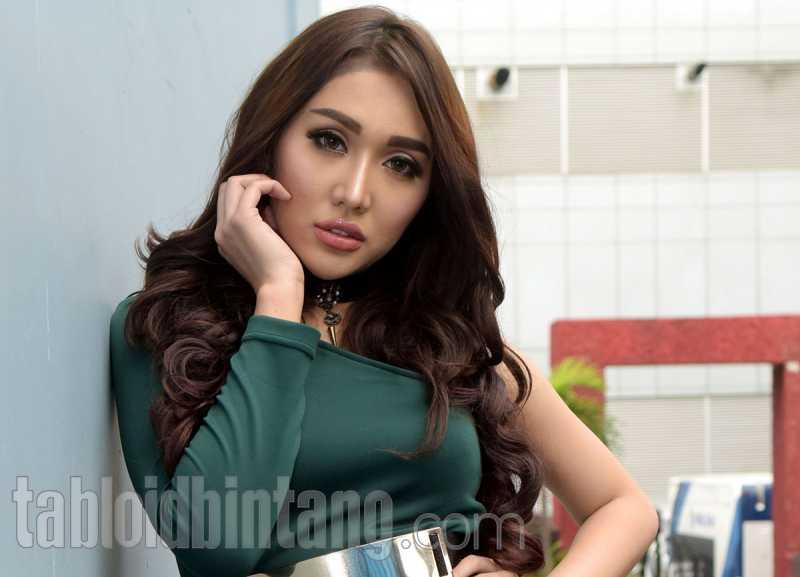 Pakai Baju Samaan, Netizen Lebih Milih Lucinta Luna Dibanding Vanessa Angel