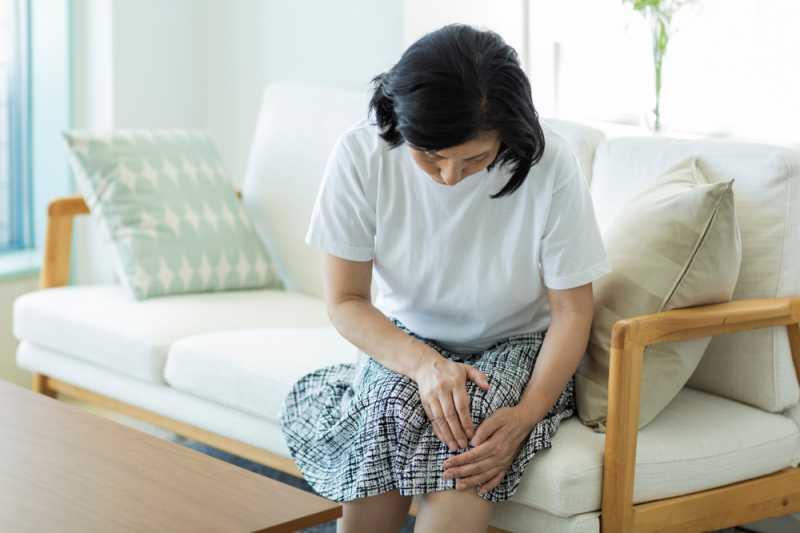 Lutut Terasa Panas Seolah Terbakar? Begini Cara Mengatasi Sesuai Penyebabnya