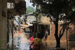 Warga Bekasi Ini Kritik Masalah Banjir dengan Cara yang Unik!