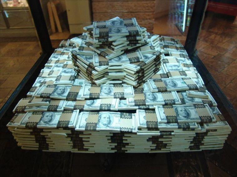 Tak Yakin dengan Angka di Rekening, Seorang Pria Tarik Uang Tunai 141 Miliar