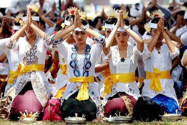 Bukan Hanya Penutup Tubuh, Ini Nilai Kehidupan di Balik Pakaian Adat Bali Wanita!