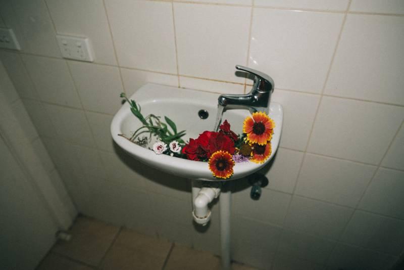 Walau Jadi Sumber Inspirasi, Ini Dampak Negatif Kelamaan di Toilet