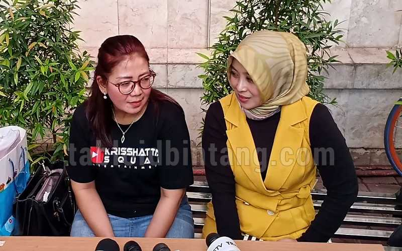 Jenguk Kriss Hatta, Sang Ibu Bawa Motivator Ayu Kayla