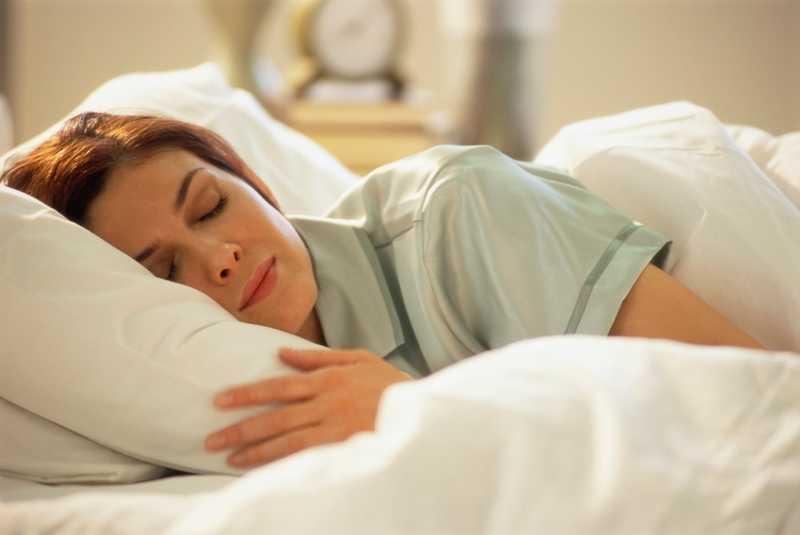 Tidur Pakai Guling Ternyata Lebih Baik untuk Kesehatan, Lho!