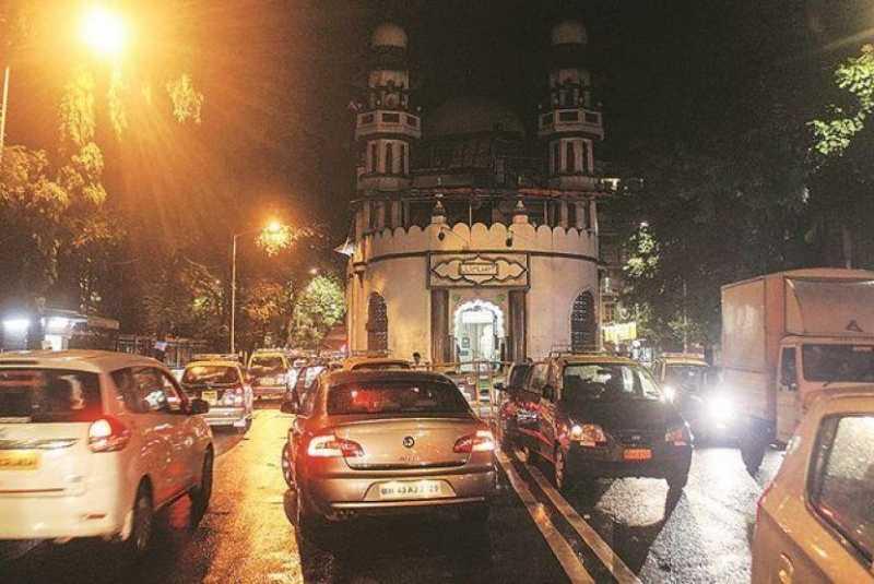 Masjid Unik di Mumbai Ini Terletak di Tengah Jalan
