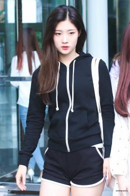 Suka Olahraga Lari? Intip Inspirasi Fashion ala Jung Chaeyeon Ini