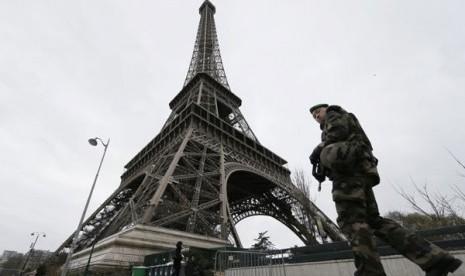 Turis Kini Bisa Terbang Melintasi Menara Eiffel