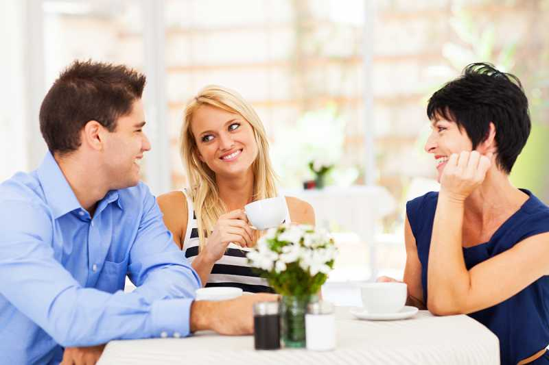 4 Kiat Mengambil Hati Calon Mertua pada Pertemuan Pertama