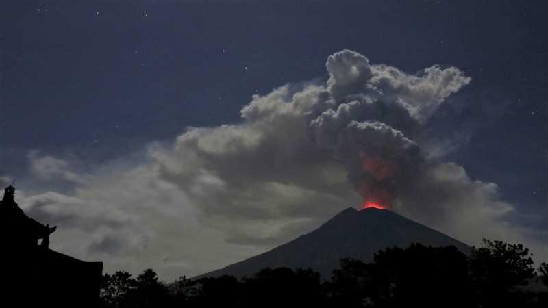 Gunung Agung Erupsi, Keluarkan Kolom Abu Setinggi 2.000 meter