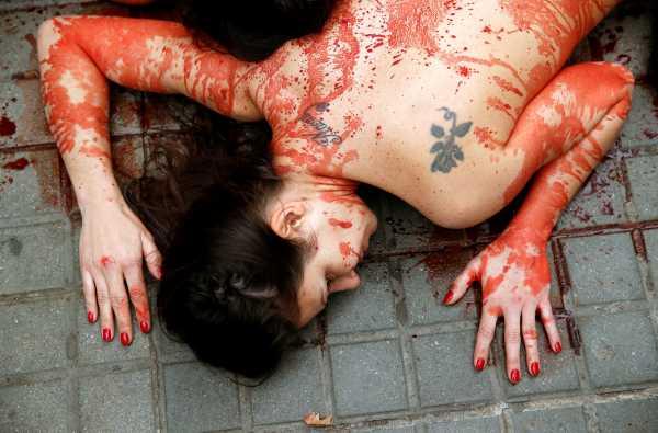 Aksi Bugil Aktivis Spanyol Tolak Busana Berbahan Kulit & Bulu Hewan