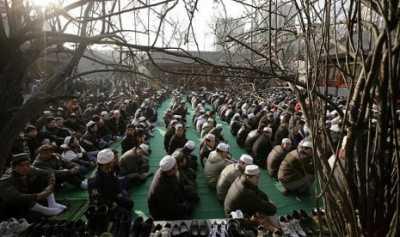 China Penjarakan dan Cuci Otak Para Ulama di Xinjiang