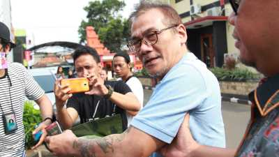 Sedang Direhabilitasi Tio Pakusadewo Ketahuan Main Medsos