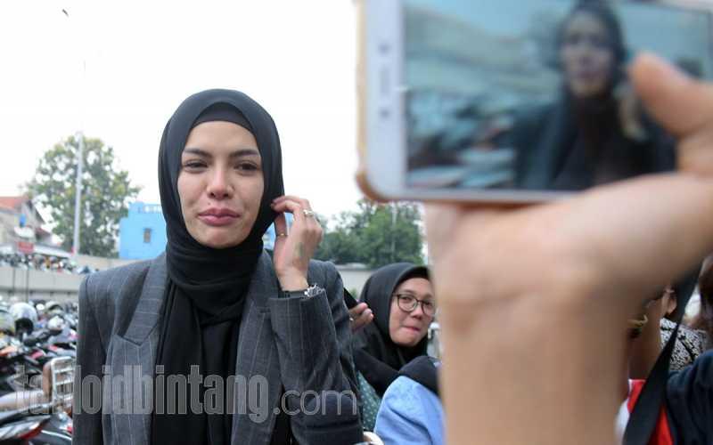 Nikita Mirzani Jengkel Disebut akan Ikuti Jejak Rina Nose Buka Hijab