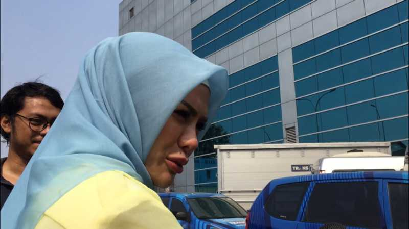 Nikita Nirzani Putuskan Berhijab, Karena Permintaan Suami?