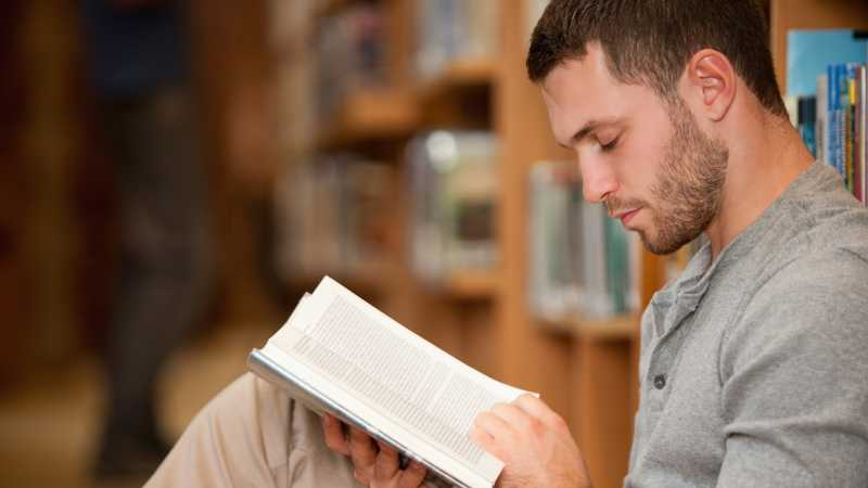 Riset: Cewek Suka dengan Cowok yang Hobi Baca Buku