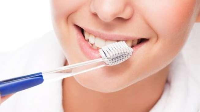 Sikat Gigi Basah dan Sikat Gigi Kering, Mana Lebih Baik?
