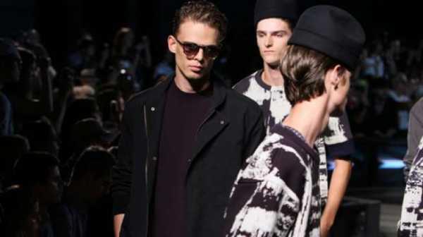 Terpeleset saat Fashion Show, Model Pria Ini Lakukan Hal Epik