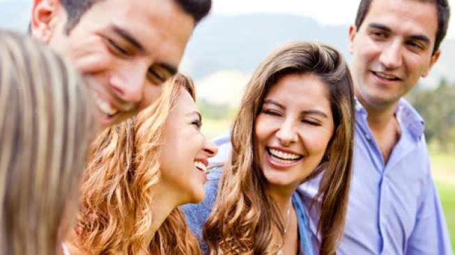 Hang Out dengan Orang yang Bahagia Bisa Bikin Bahagia