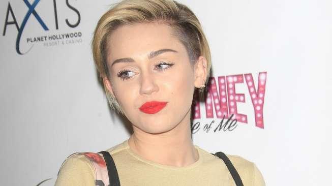 Duh! Miley Cyrus Tiba-Tiba Dijambak dan Dicium oleh Penggemar Agresif