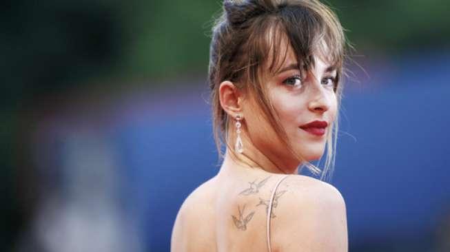 Dakota Johnson Bantah Hamil Anak Chris Martin